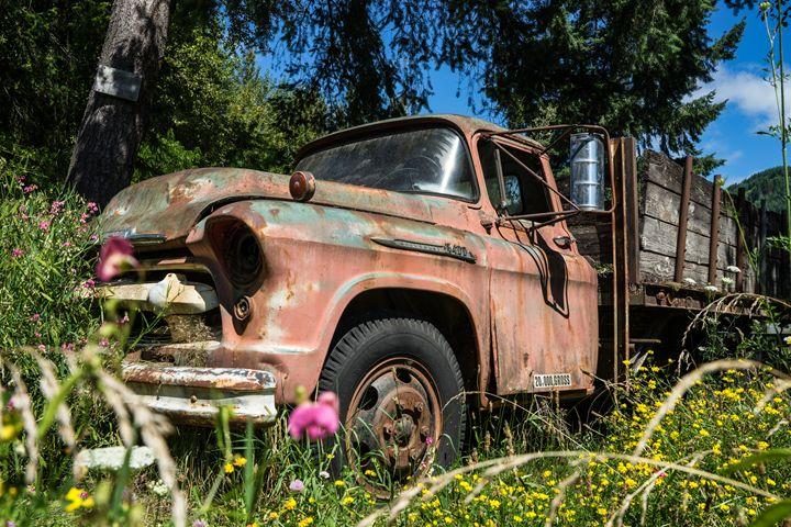 Truck in Meadow - Si Glogiewicz Photography