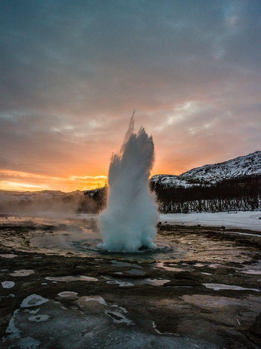 Strokkur winter blowup in sunset - Benjamin Wiedmann Photography