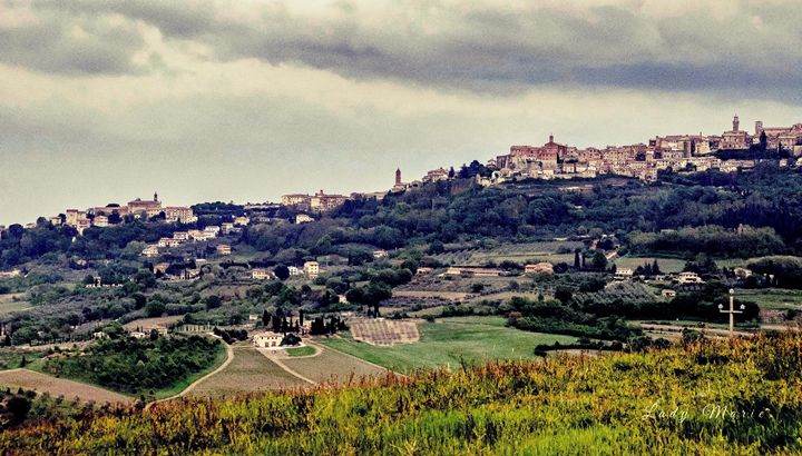 ROLLING HILLS OF TUSCANY - Lady Marie