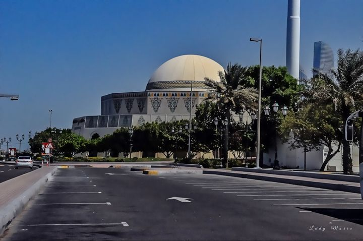 STREETS OF ABU DHABI - Lady Marie