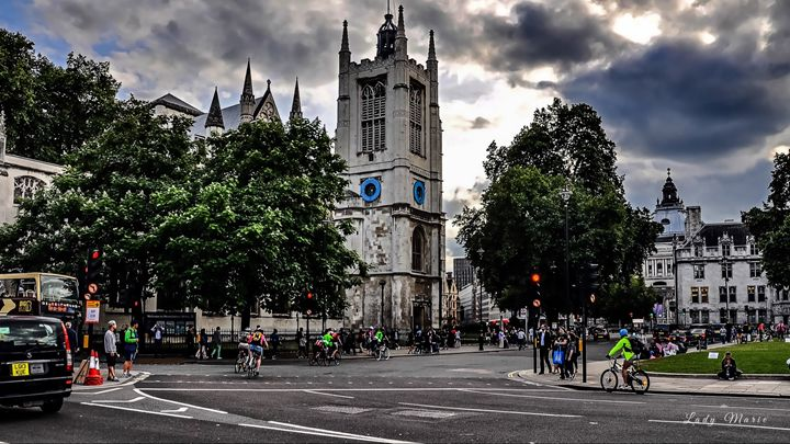 CYCLING THE STREETS OF LONDON - Lady Marie