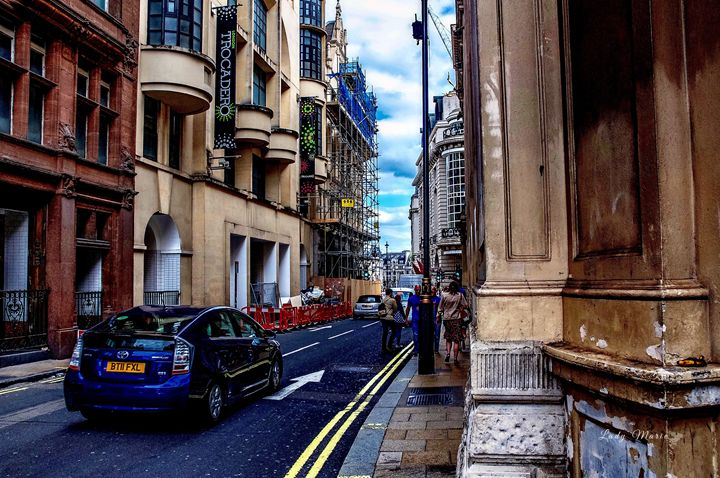 EXPLORING THE STREETS OF LONDON - Lady Marie