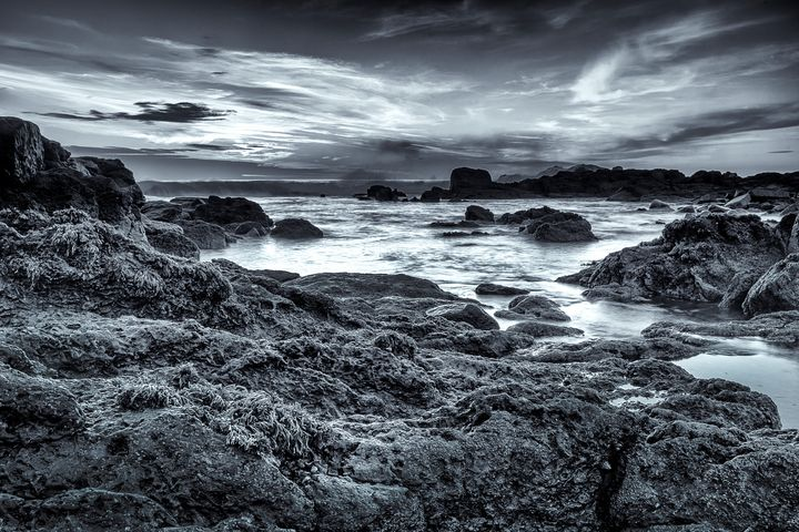 Rocks and waves in the beach - César Torres