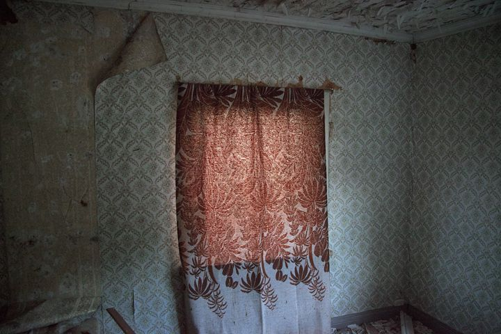 An abandoned curtain - iHateFabian