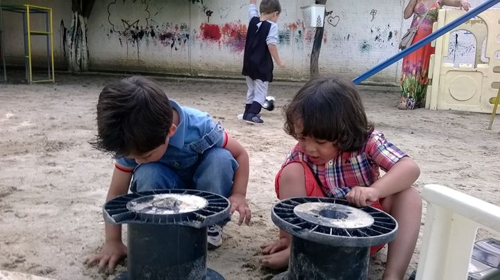 CHILDREN PLAYING - MARACÁS