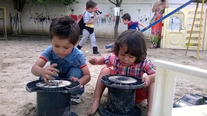 CHILDREN PLAYING - MARACÁS
