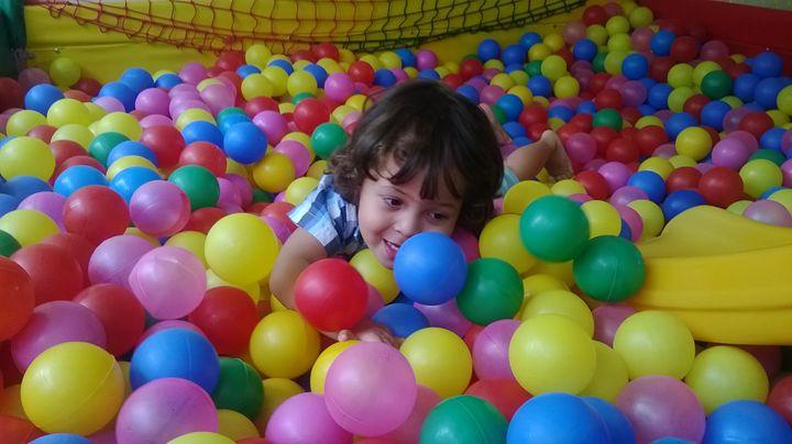 CHILD IN BALL POOL - MARACÁS