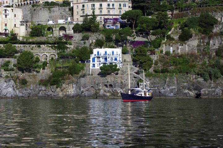 White villa blue boat - Pluffys portfolio