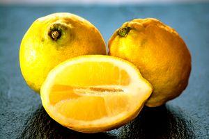 Fruit : Fresh lemons
