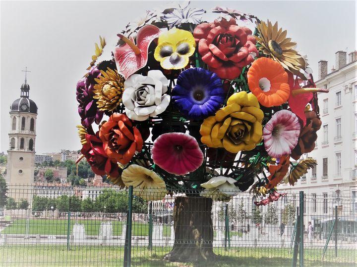 The sculture with a bouquet - Diversity