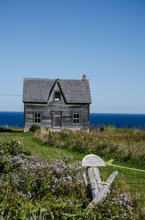 Abandoned House By the Sea - Olophoto.Me