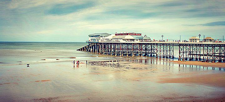 Cromer Pier. - Rmzphotography