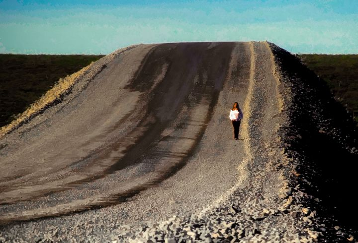 Girl on the Gravel Road - Foto By Rudy