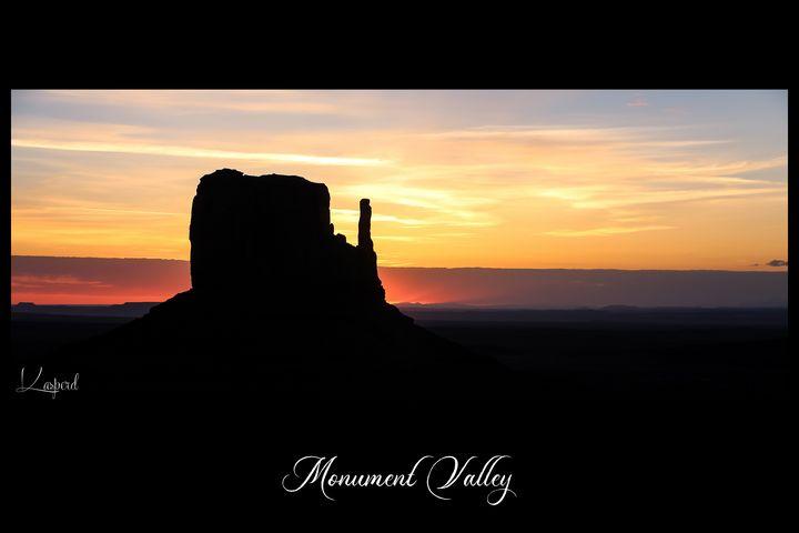 Monument Valley Sunrise - L'Oeil de la Photographe