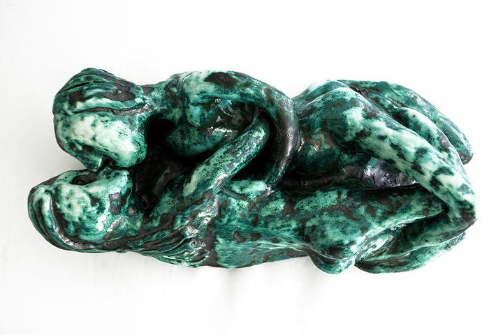 Lovers kiss on bed - Rossana Leonardi Sculpture
