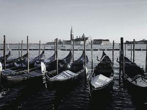 Greyscale gondolas in Venice - Alecaste