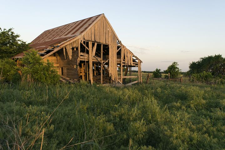 Decaying barn in a field at sunset - Photography by Stretch