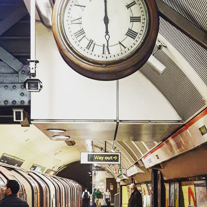 Subway, Platform and clock. - Argonel