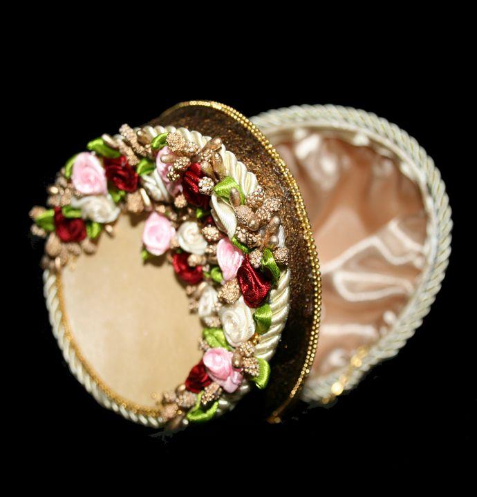 "Ostrich Egg Jewelry Box""Rose Bouquet - Ostrich Hall"