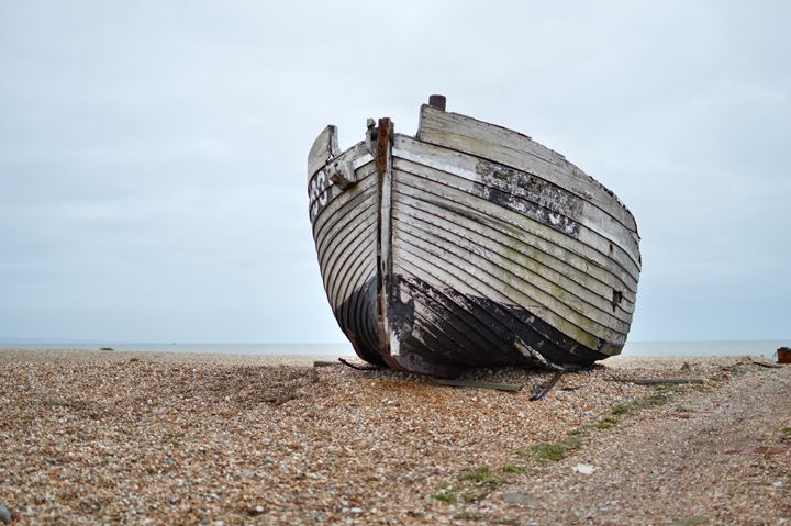 old boat on shingle - kdw712