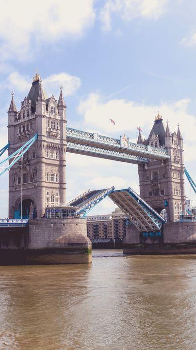 London Bridge rising - Simply Photography
