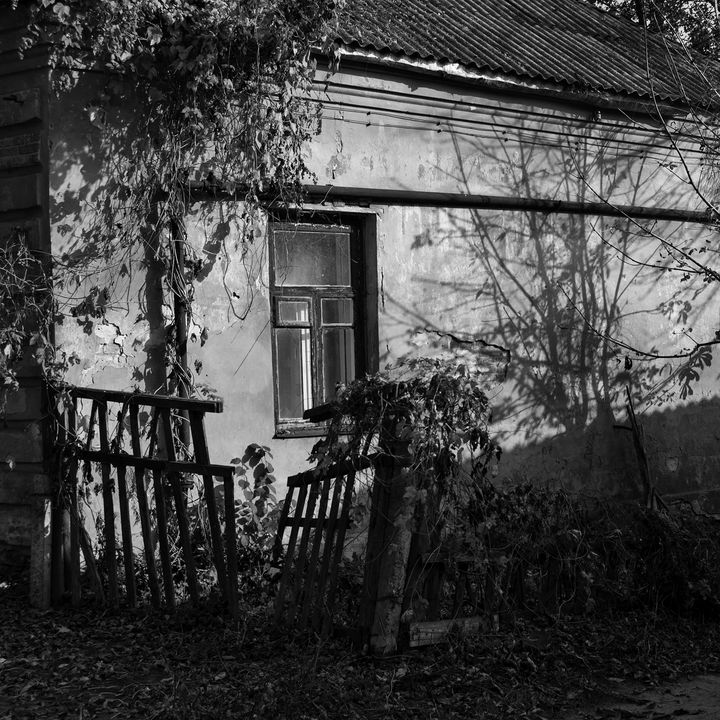 Old house with a broken fence - Andrii Bilonozhko