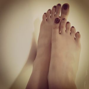 Feet rouge nails
