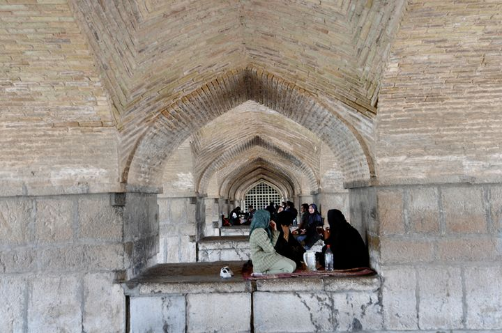 Siesta under the bridge in Esfahan - Adriatic picture factory