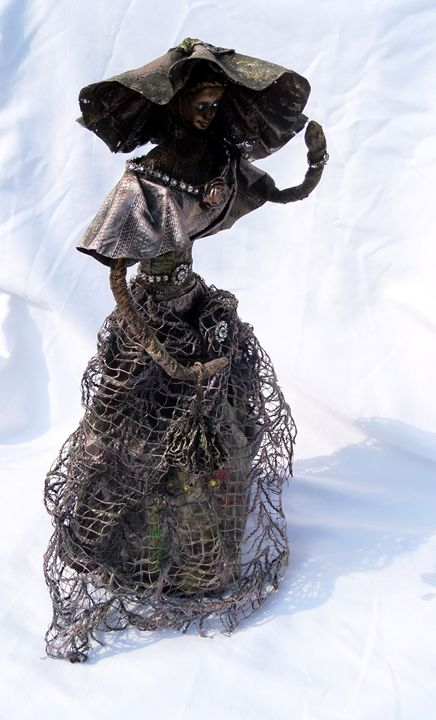 Woman with big hat - gyongyisegek