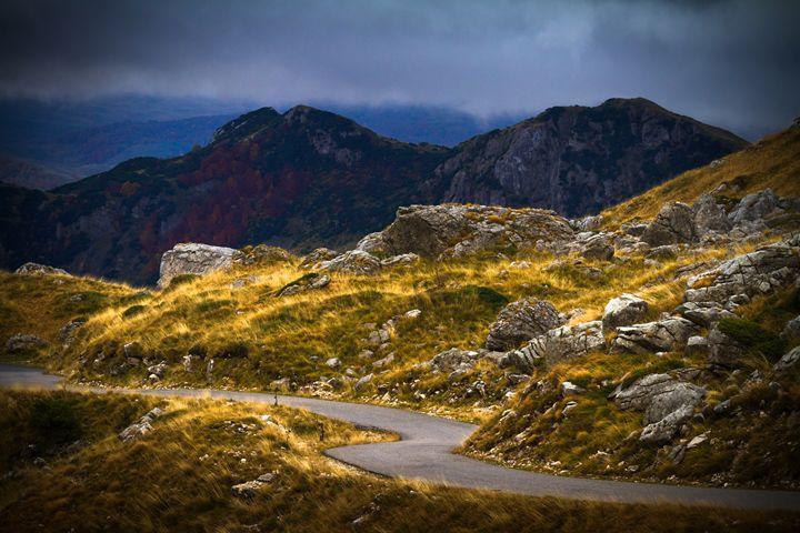 Mountain road in autumn. - Tartalja
