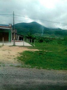 núi và nhà