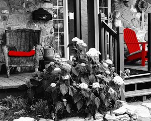 Red chairs summer porch - Parallèle Studio