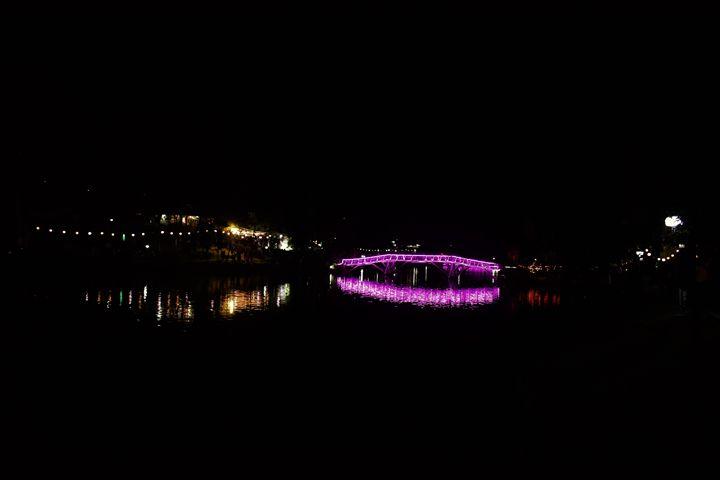 Wards lake bridge at night - Caromio