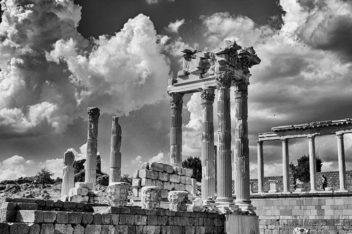 Old roman ruin in Bergama - Roberto Giobbi