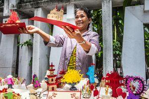 Woman, 3d postcards street vendor