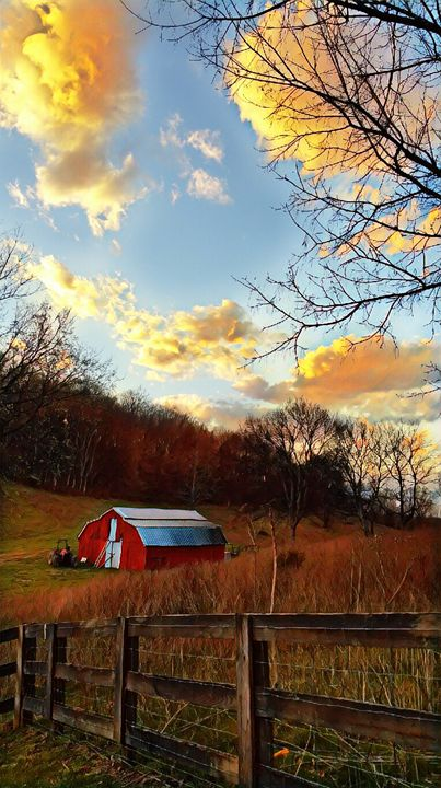 Old barn in the country in Tennessee - Paul Szakacs