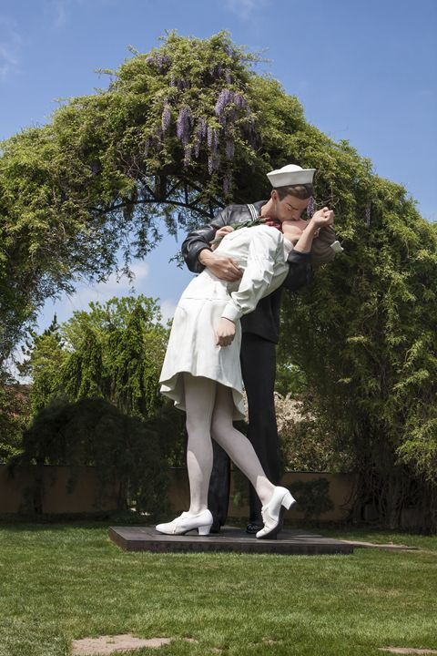Sailor Kissing Nurse Sculpture - Sally Weigand Images