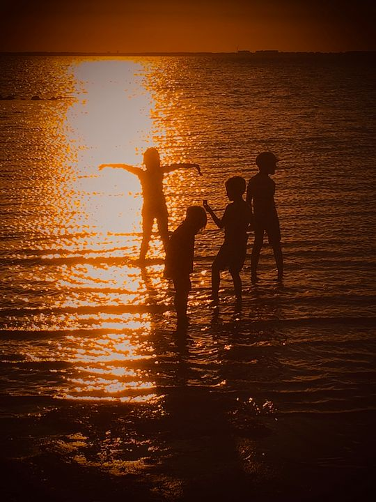 Kids playing in the sunset - HenrikG Photography