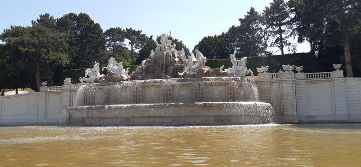 A - Neptune Fountain Vienna Austria - Lola Bolena