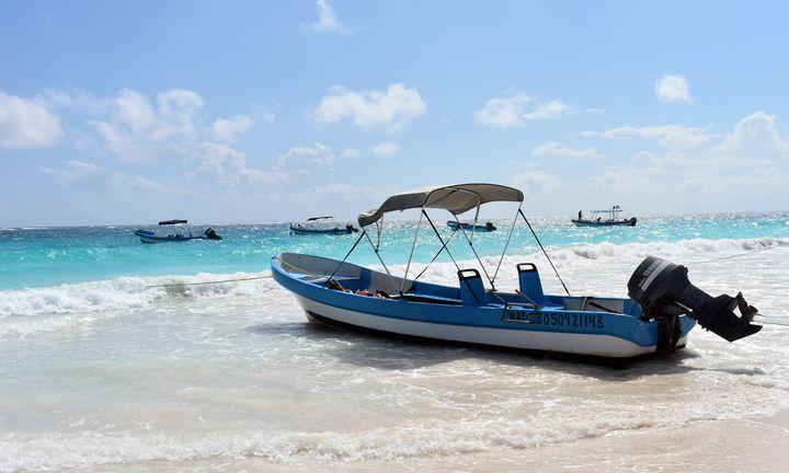 A - Boat Caribbean beach Mexico - Lola Bolena