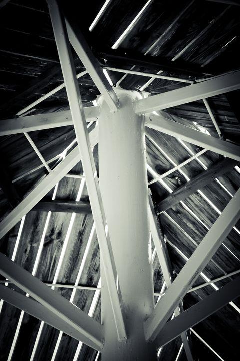 White iron pillars with wooden beams - Maor Winetrob