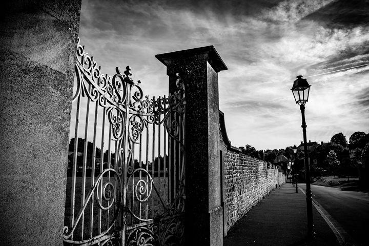 Le Mur - Vertical Horizontal Photography