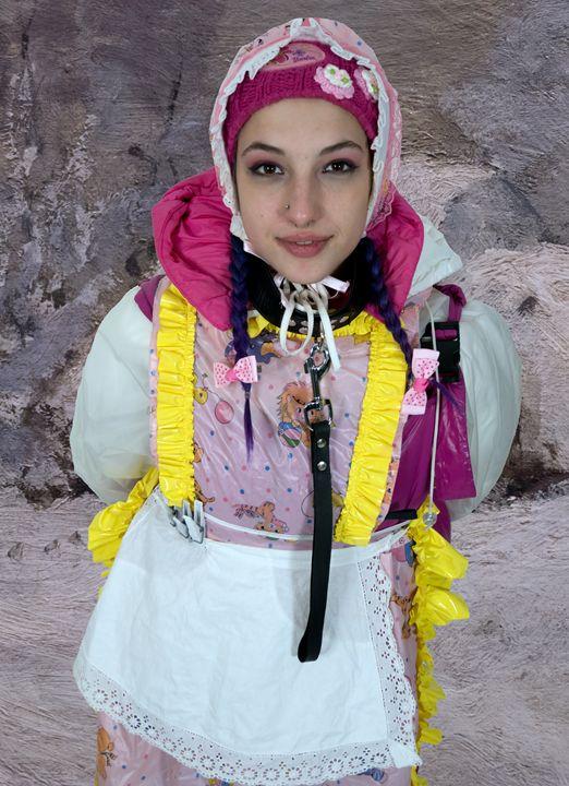 zofe spankapunda im Schnee - maids in plastic clothes