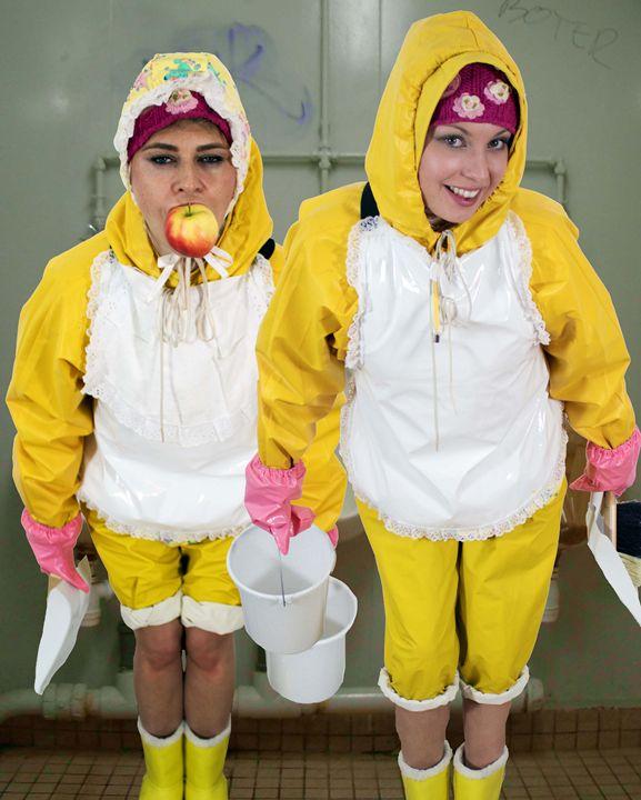 zwei schöne klozofen - maids in plastic clothes