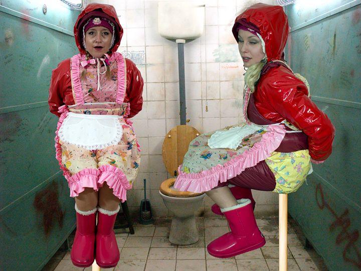 zwei gut ausgebildete klozofen - maids in plastic clothes