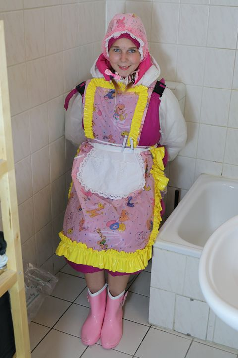 loomaid slirrizulma - maids in plastic clothes