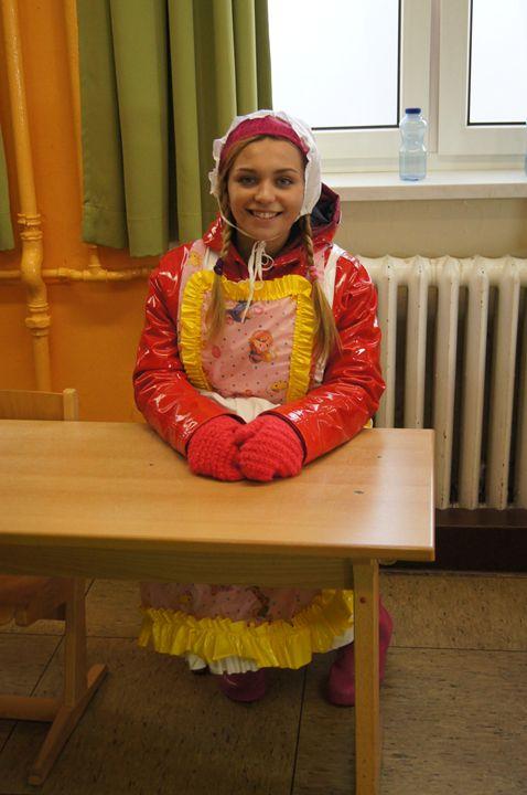 Schulmädchen ditina kecelja - maids in plastic clothes