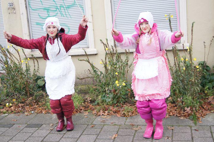Zofen beim Spielen - maids in plastic clothes