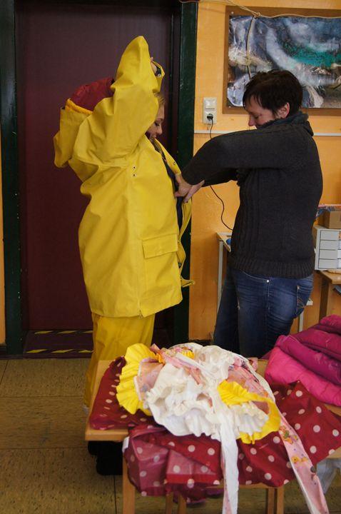 klein ditina kecelja wird angezogen - maids in plastic clothes