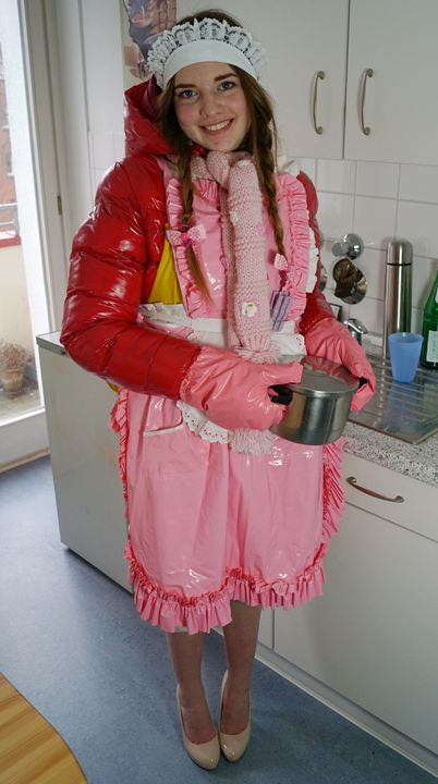 stolz Azubi-Küchenhilfe zu sein - maids in plastic clothes